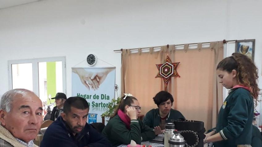 Trabajo comunitario entre alumnos y adultos mayores en el HOGAR DE DÍA